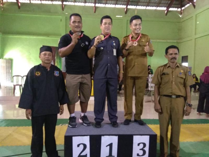 FOTO : Dok. Penyerahan Mendai Kepada Para Camat Sebagai Pemenang Cabor Pencak Silat, Senin (28/07/19)