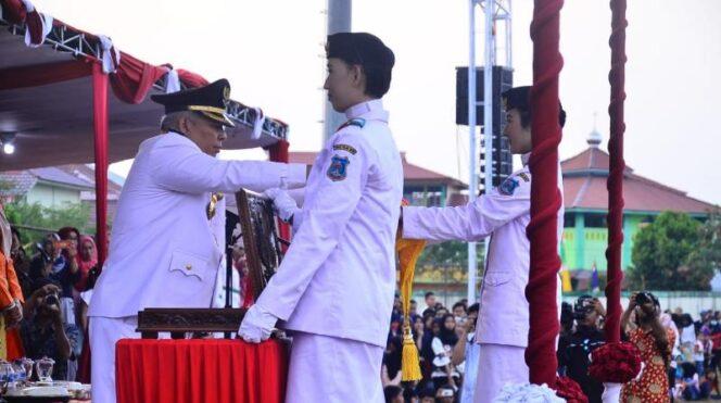 Bupati Tanjung Jabung Barat DR. Ir. H. Safrial, MS Menerima Bendera Dari Pasukan Paskibraka, Sabtu (17/08/19)