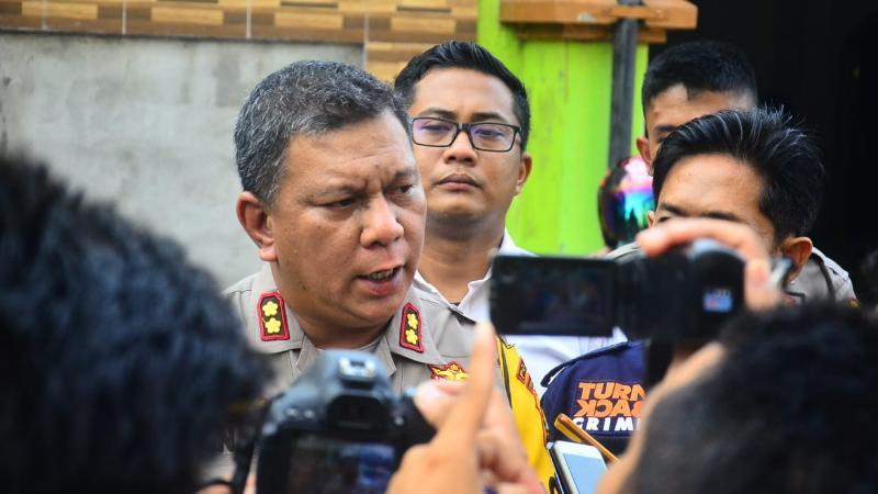 Kapolres Tanjab Barat AKBP ADG Sinaga, S.IK Memberikan Keterangan Pers Kepada Wartawan Di Lokasi Kejadian, Senin (19/08/19)