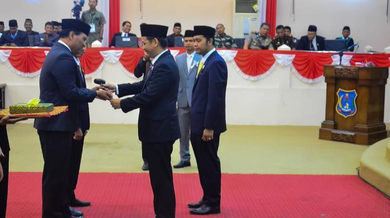 FOTO : Ketua DPRD lama Faizal Riza,ST, MM menyerahkan Palu dan Memori kepada Pimpinan DPRD Periode 2019-2024 Sementara Mulyani Siregar, SH, Senin (26/08/19)