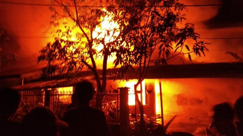 FOTO : Api Sedang Besar-Besarnya Menghanguskan Rumah Penduduk Di Jalan Kelinci, Senin (26/08/19) Malam.