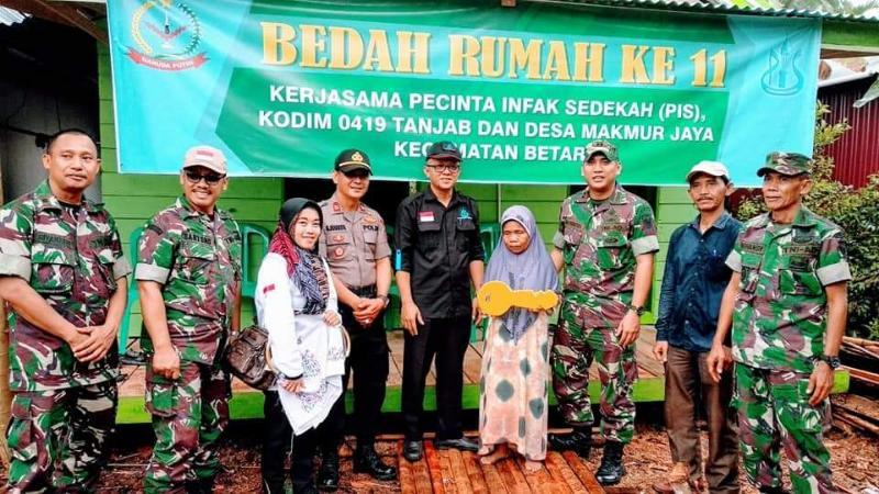 FOTO : Penyerahan Kunci Kepada Ibu Sarifah Oleh Dandim 0419 Tanjab, Kapolsek Betara Bersama Ketuas, Selasa (27/08/19)