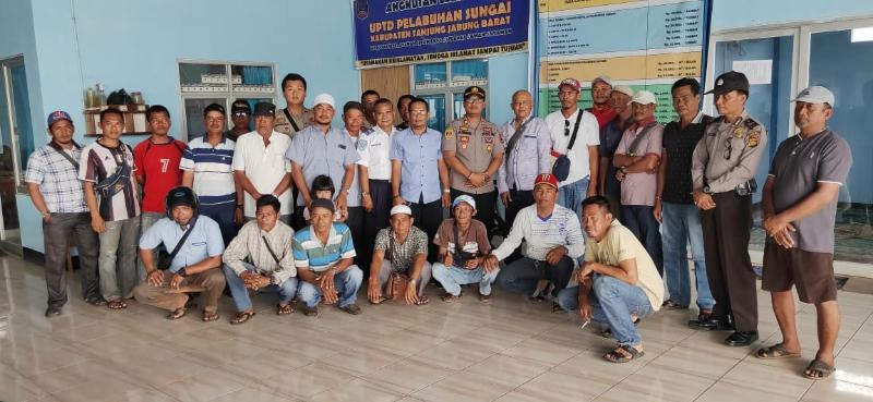 FOTO : Kapolsek KPM IPTU Agung Heru Wibowo, SH, MH dengan para Pemilik Kapal Nakhoda dan Nelayan, Selasa (03/09/19).