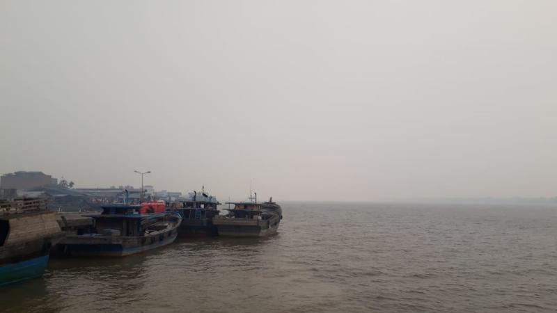 FOTO : Kondisi Kabut Asap Dilihat Dari Perairan Sungai Pengabuan Kuala Tungkal