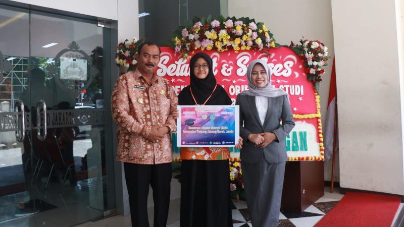 FOTO : Wakil Bupati Tanjab Barat, Drs. H. Amir Sakib Serahkan Beasiswa Utusan Daerah (BUD) Kepada Anjani Rianti Darmawan, Selasa (10/09/19)