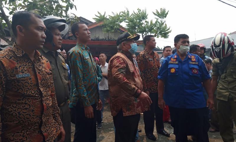 FOTO : Bupati Safrial Saat Mengunjungi Lokasi Kebakaran di Gang Kartika jalan Ahmad 1 RT 013 Kelapa Gading Kelurahan Tungkal Harapan, Kamia (12/09/19)