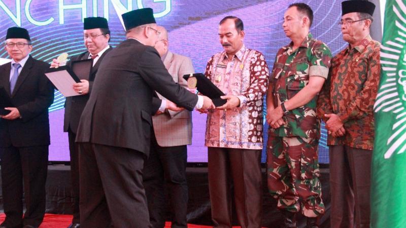 FOTO : Wakil Bupati Tanjab Barat Drs. H. Amir Sakib Saat Hadii Pelantikan Tektor UMJ di Kampus Universitas Muhammadiyah Jambi, Kamis (12/09/19)
