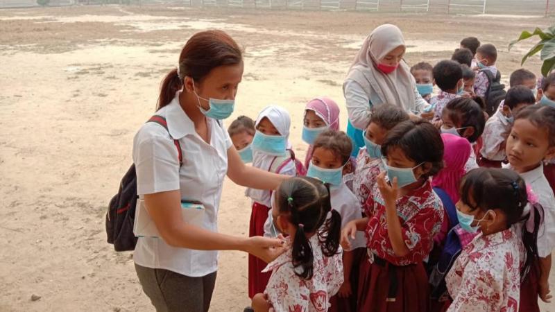 FOTO : Kegiatan Pembagian Masker oleh Petugas Puskesmas Rawat Inap Suban Kecamatan Batang Asam ke masyarakat dan kesekolah, Kamis,(12/09/19)