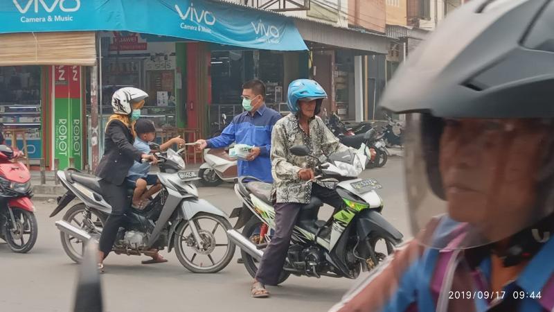 FOTO : Jamal Darmawan Sie, SE, MM Saat Membagiksn Masker, Selasa (17/09/19)