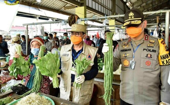 FOTO : Gubernur Jambi Fachrori bersama Kapolda Jambi, Irjen Pol Firman Shantyabudi Meninjau Ketersediaan Bahan Pangan Pokok di Pasar Semi Modern Angso Duo, Kamis (02/04/20).