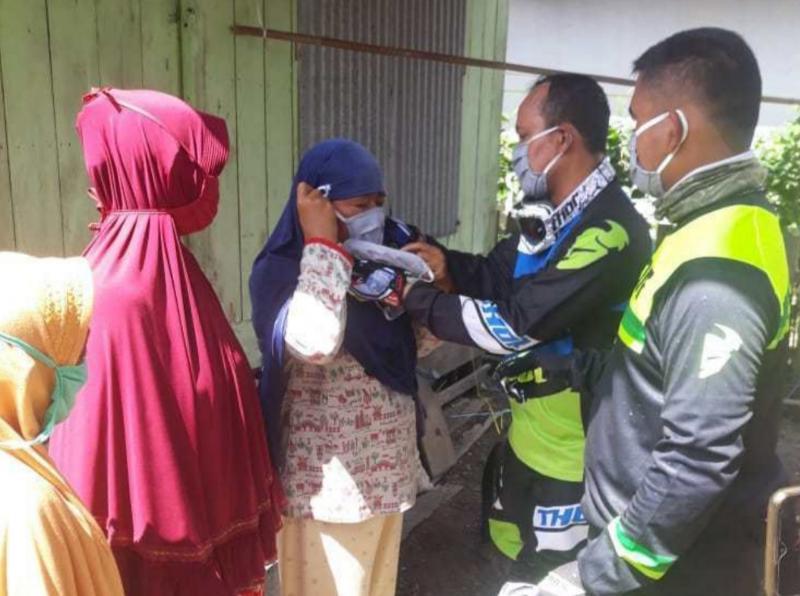 FOTO : Kapolres AKBP Guntur Saputro dan Dandim 0419 Tanjab Letkol Inf Erwan Susanto Saat Memberikan Bantuan Sembako, Minggu (31/05/20).
