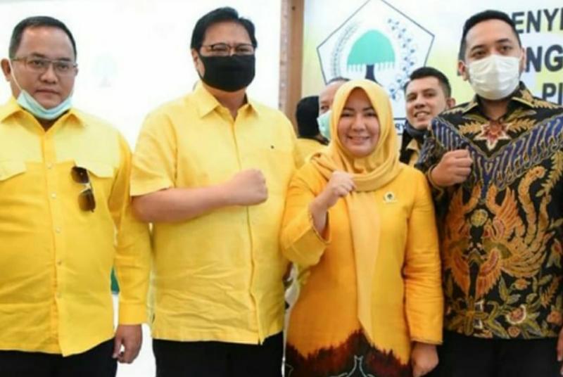 FOTO : Bacabup Batanghari Hj. Yuninnta Asmara Menunjukan Surat Rekomendasi DPP Golkar.
