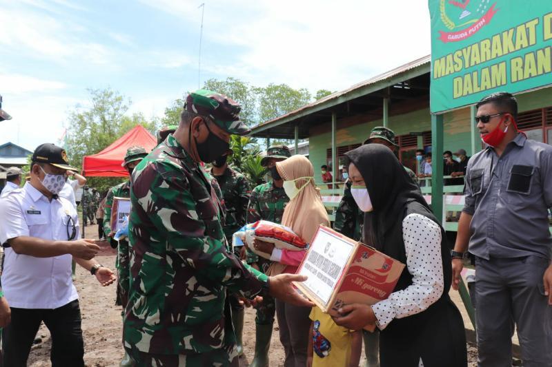 """FOTO : Danrem 042/Gapu, Brigjen TNI Zulkifli saat Membagikan Paket Sembako """"Korem Peduli Sesamo,"""" kepada Masyarakat Desa Labuhan Pering, Tanjab Timur, Rabu (15/07/20)."""