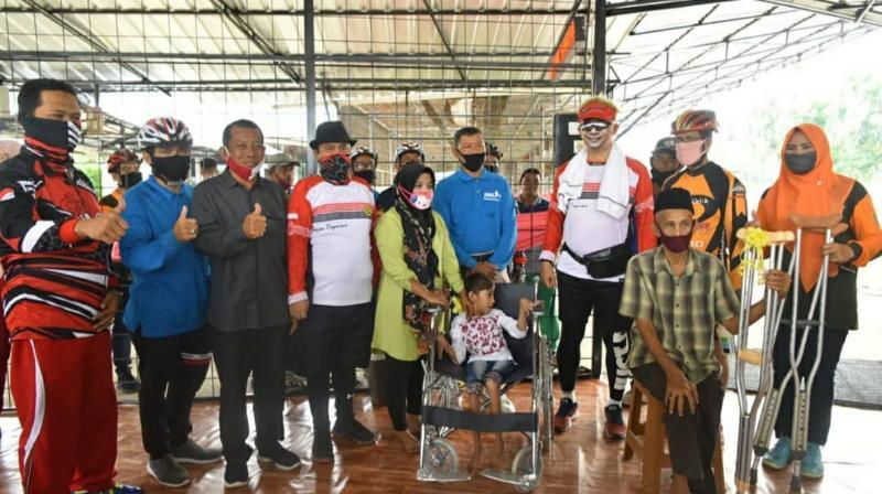 FOTO : Wali Kota Jambi Sy. Fasha bersama Wawako Maulana Serahkan Bantuan Kursi Roda dan Tongkat Kepada Masyarakat Jambi Selatan Minggu (19/07/20).