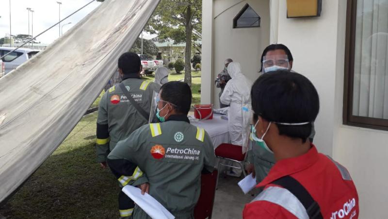FOTO : Pelaksanaan tes Polymerase Chain Reaction (PCR) atau Uji Swab terhadap 108 orang karyawan PT PetroChina International Jabung Ltd kembali lakukan Selasa (21/07/20)