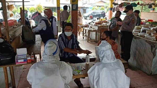 FOTO : Petugas Tengah Bersiap Untuk Melakukan Rapid Tes di Pasar Parit III Kuala Tungkal, Senin (27/07/20)