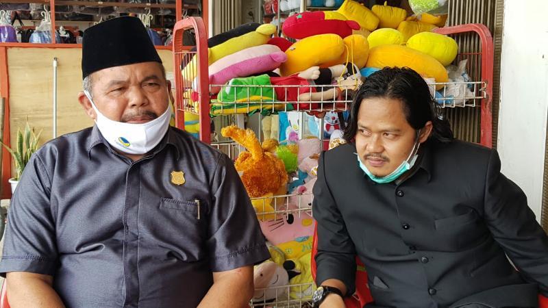 FOTO : HBH bersama Suorayogi Saipul saat menerima keluhan para pedagang di Simpang BGP di Pematang Lumut, Senin siang (27/07/20).