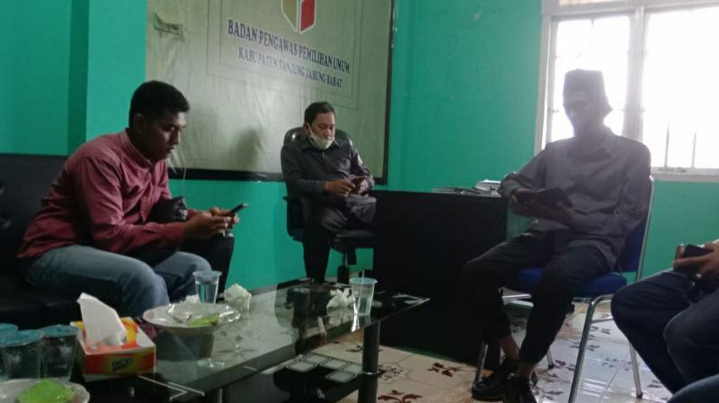 FOTO : Koordinator Divisi Pengawasan Hubungan antar Lembaga (PHL) Bawaslu Kabupaten Tanjung Jabung Barat, Mon Rezi, S.Sos.I (kanan)