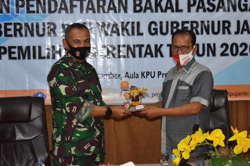 FOTO : Danrem 042/Gapu Brigjen TNI M. Zulkifli saat kunjungan di Sekretariat KPU Provinsi Jambi, Rabu (02/08/20)