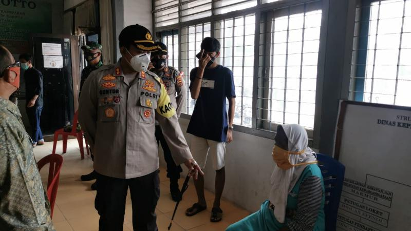 FOTO : Kapolres Tanjab Barat AKBP Guntur Saputro, SIK, MH Meminpin Razia di Dinas Dukcapil, Kamis (17/09/20)