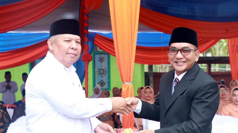 FOTO : Bupati Tanjung Jabung Barat Dr. H. Safrial dan Kamenag Tanjab Barat Drs. Hasbi, M.Pd.I pada Upacara HAB ke 74 Tahun 2020