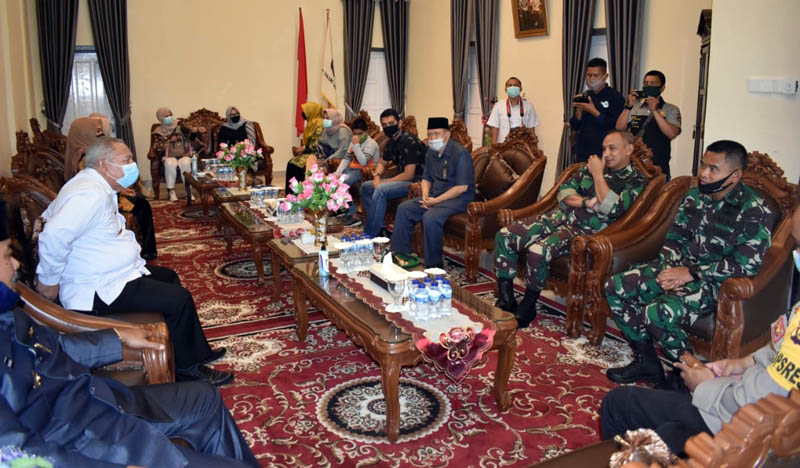 FOTO : Danrem 042/ Gapu Kolonel Kav. M. Zulkifli, S.IP, MM dan Bupat Tanjab Barat Dr. H. Safrial, MS Foto Bersama Pada Kunjungan Kerja ke Pemkab Tanjung Jabung Barat, Rabu (06/05/20).