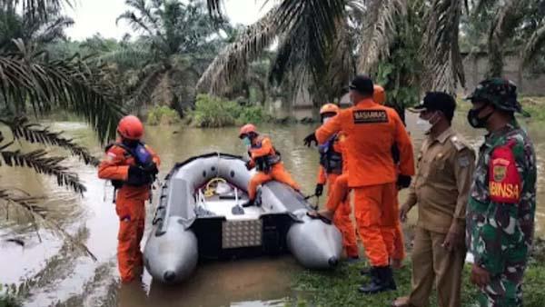 Tim SAR Bungo mencari korban seorang santri yang tenggelam di Sungai Semayo, Tabir, Merangin. (ANTARA/HO)