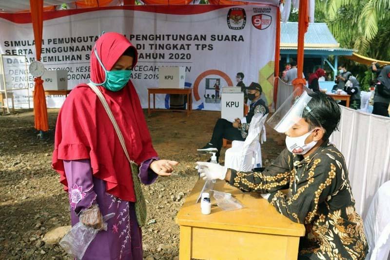 FOTO : Saat Similasi Penerapan Protokol Kesehatan di TPS oleh KPU Tanjab Barat di Kecamatan Betara