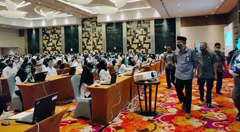 FOTO : Sekretaris Daerah Ir. H. Agus Sanusi M.Si Saat Meninjau Pelaksanaan Tes SKB CPNS 2019 Kabupaten Tanjab Barat di BW Luxury Hotel Kota Jambi, Senin (14/09/20).