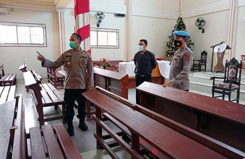 FOTO : Kapolres Tanjabar AKBP Guntur Saputro, SIK, MH di Gereja HKBP Jalan Sisingamangaraja, Rt 07 Kelurahan Tungkal Harapan, Kamis (24/12/20).