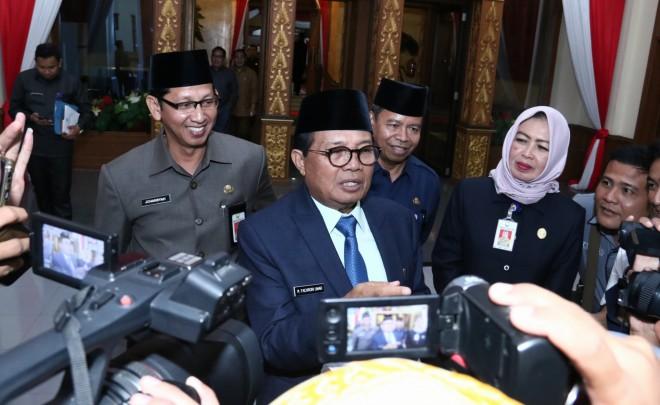 FOTO : Gubernur Jambi Dr. H. Fahrori Umar, M.Hum
