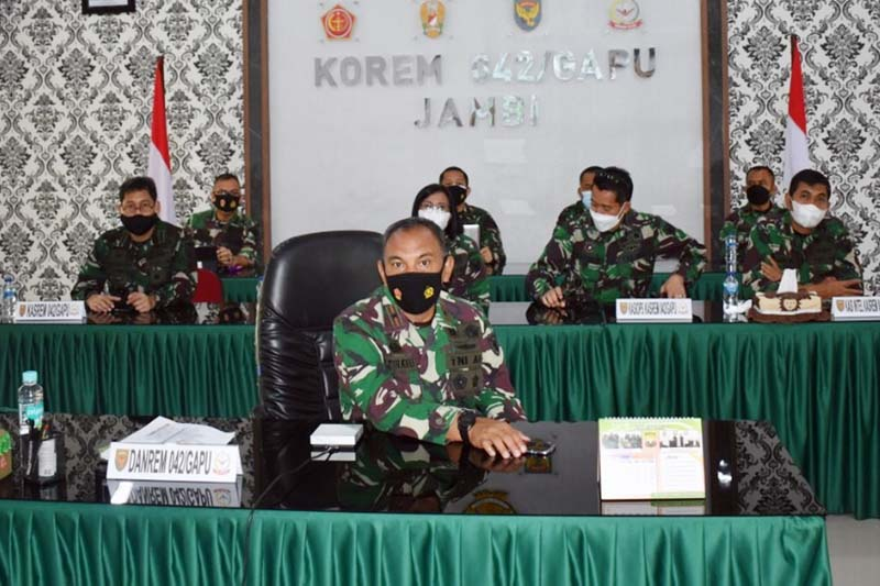 FOTO : Danrem 042/Garuda Putih Brigjen TNI M. Zulkifli Saat Vidcon dengan para Dandim dan Kabalak Aju jajaran Korem 042/Gapu dan Danyon R 142/KJ terkait Vaksinasi di Wilayah Korem 042/Gapu, Rabu (10/03/21).